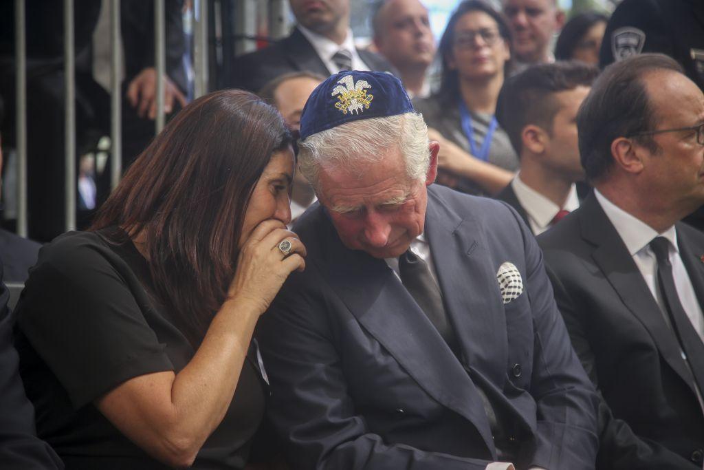 Le prince Charles et la ministre israélienne de la Culture Miri Regev lors des funérailles de l'ancien président Shimon Peres sur le mont Herzl, à Jérusalem, le 30 septembre, à droite, il y a le président français François Hollande (Crédit : Marc Israel Sellem / POOL)
