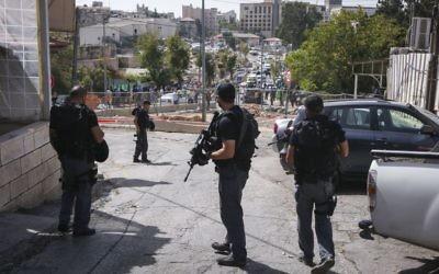 Forces de sécurité israéliennes sur les lieux d'une attaque terroriste dans le quartier Sheikh Jarrah de Jérusalem Est, le 9 octobre 2016. (Crédit : Shlomi Cohen/Flash90)