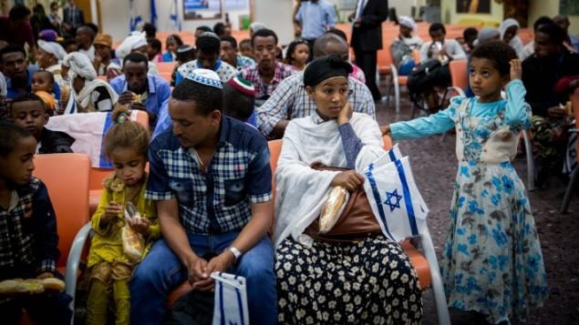 L'émotion est à son comble pendant la cérémonie marquant la reprise de l'immigration éthiopienne à l'aéroport Ben Gurion, le 9 octobre 2016. (Crédit : Miriam Alster/Flash90)