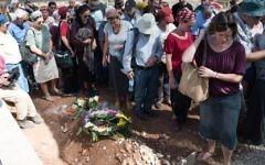 Famille et amis assistent aux funérailles d'Ahinoam et Nevo Grinfeld, tués dans un accident de voiture en Géorgie, dans le nord d'Israël, à Mitzpeh Netufa, le 14 octobre 2016. (Crédit : Meir Vaaknin/Flash90)