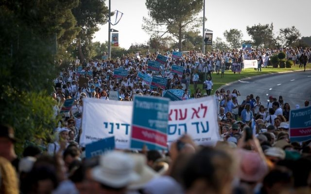 Des centaines de femmes du mouvement Women Wage Peace participent à une marche de soutien à la paix, à Jérusalem, le 19 octobre 2016. (Crédit : Hadas Parush/Flash90)