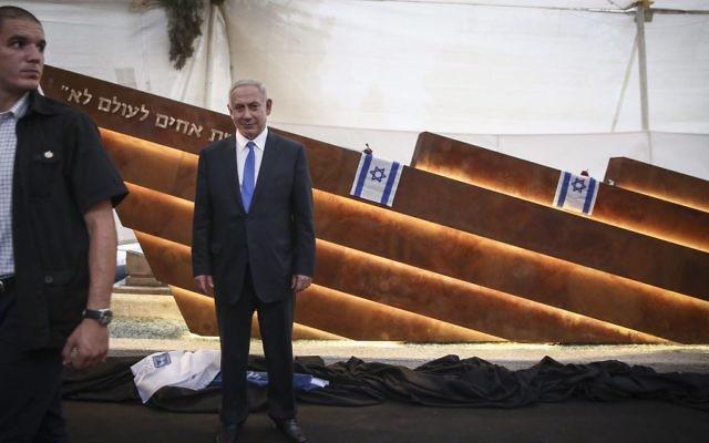 Le Premier ministre Benjamin Netanyahu assiste à l'inauguration d'un nouveau monument dédié aux victimes de l'incident de l'Altalena de 1948, au cimetière de Nahalat Itzhak à Tel Aviv, le 27 octobre 2016. (Crédit : Miriam Alster / Flash90)