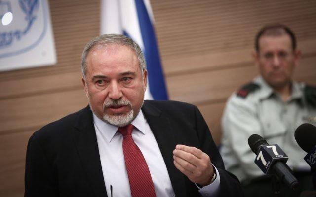Le ministre de la Défense Avigdor Liberman devant la commission des Affaires étrangères et de la Défense de la Knesset, le 31 octobre 2016. (Crédit : Miriam Alster/Flash90)