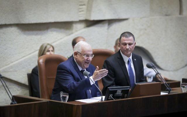 Le président Reuven Rivlin (à gauche) et le président du parlement Yuli Edelstein, devant la Knesset pour l'inauguration de sa session hivernale, le 31 octobre 2016. (Crédit : Yonatan Sindel/Flash90)