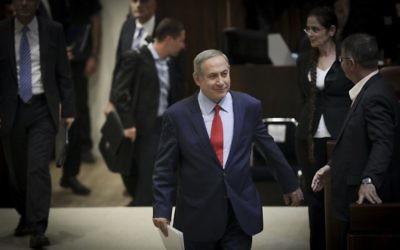 Le Premier ministre Benjamin Netanyahu arrive à la Knesset pour l'inauguration de sa session hivernale, le 31 octobre 2016. (Crédit : Yonatan Sindel/Flash90)