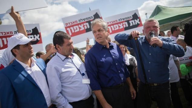 """Ilan Gilon (à droite), député du Meretz, pendant une manifestation d'habitants du nord d'Israël contre le projet de coupes budgétaires pour leurs communes, devant la Knesset, à jérusalem, le 31 octobre 2016. """"Le gouvernement perd le nord"""", peut-on lire sur les bannières. (Crédit : Yonatan Sindel/Flash90)"""