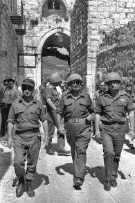 Le général Uzi Narkiss (à gauche), le ministre de la Défense Moshe Dayan et le chef d'Etat-major Yitzhak Rabin dans la Vieille Ville de Jérusalem pendant la guerre des SIx Jours, en juin 1967. (Crédit : Ilan Bruner/Wikipedia)