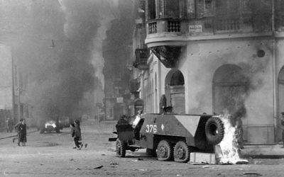 Véhicule de transport blindé soviétique BTR-152 en flammes à Budapest en novembre 1956 (Crédit : Házy Zsolt / CC-BY-SA-3.0)