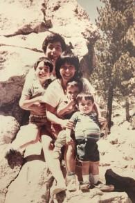 Ancienne photo de famille de Brian Berman, devant, dont l'estomac était distendu en raison de la maladie de Gaucher. (Crédit : Brian Berman)