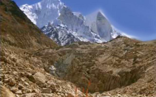 Le glacier Gangotri dans l'Himalaya, une destination de haute montagne populaire. Un Israélien a été tué là-bas en octobre 2016 quand il est tomé dans une gorge. (Crédit : Priyanath/CC BY-SA 3.0/Wikimedia Commons)