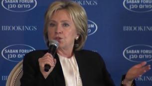 L'ancienne secrétaire d'état et la candidate démocrate en course pour la présidentielle, Hillary Clinton au Forum Saban à Washington le 6 décembre 2015 (Crédit : Capture d'écran YouTube)