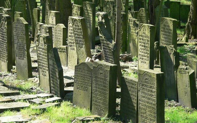 Les tombes ashkénazes du cimetière juif de Hambourg, le Jüdischer Friedhof Altona, qui a été fondé en 1611, photographiées en avril 2015. (Crédit : Wolfgang Meinhart - Travail personnel/CC BY-SA 3.0/WikiCommons)