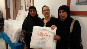 Tami Shelach, présidente de l'Organisation des Veuves et Orphelins de Tsahal, donne des cadeaux aux veuves musulmanes bédouines dans le sud d'Israël, le 28 septembre 2016. (Crédit : IDFWO)