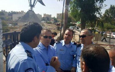 Le ministre de la Sécurité intérieure Gilad Erdan et le chef de la police de Jérusalem Yoram Halevy sur la scène d'une attaque terroriste près de la colline des munitions, à Jérusalem, le 9 octobre 2016. (Crédit : autorisation)