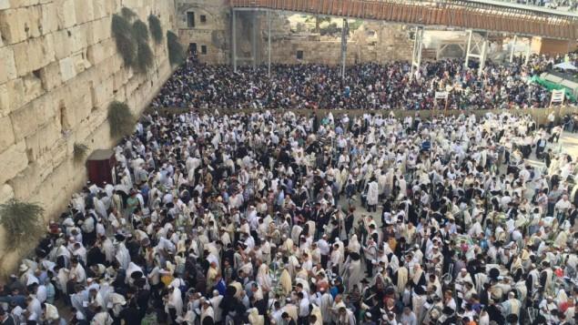 Des milliers de personnes se sont rassemblées au mur Occidental pour la bénédiction sacerdotale de Souccot, dans la Vieille Ville de Jérusalem, le 19 octobre 2016. (Crédit : police israélienne)