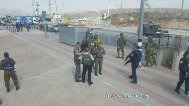 Les forces de l'ordre israéliennes sur les lieux d'une attaque au couteau au carrefour Tapuah, près de Naplouse, en Cisjordanie, le 19 octobre 2016. (Crédit : police israélienne)