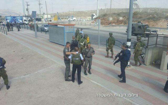 Les forces de l'ordre israéliennes sur les lieux d'une attaque au couteau au carrefour Tapuah, près de Naplouse, en Cisjordanie, le 19 octobre 2016. Illustration. (Crédit : police israélienne)