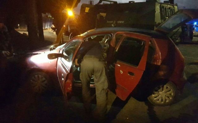 La scène d'une tentative d'attaque à la voiture bélier à Beit Ummar, près de Hébron, en Cisjordanie, le 30 octobre 2016. (Crédit : porte-parole de la police)