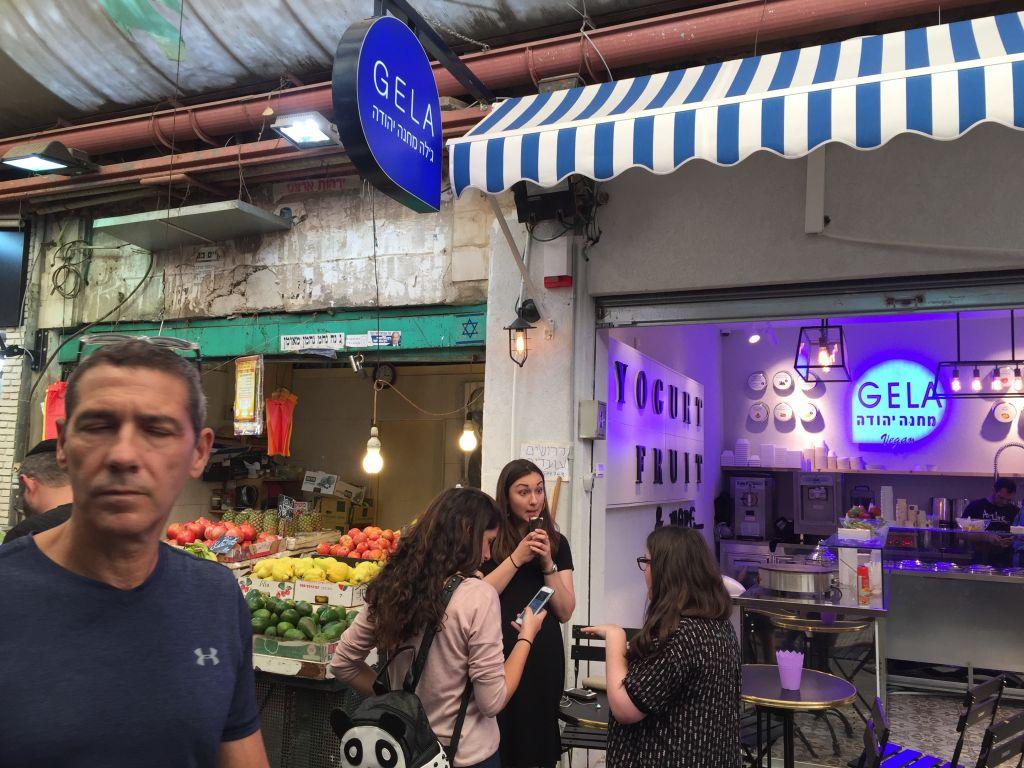 L'un des nouveaux glaciers du marché Mahane Yehuda de Jérusalem, en octobre 2016. (Crédit : Jessica Steinberg/Times of Israel)