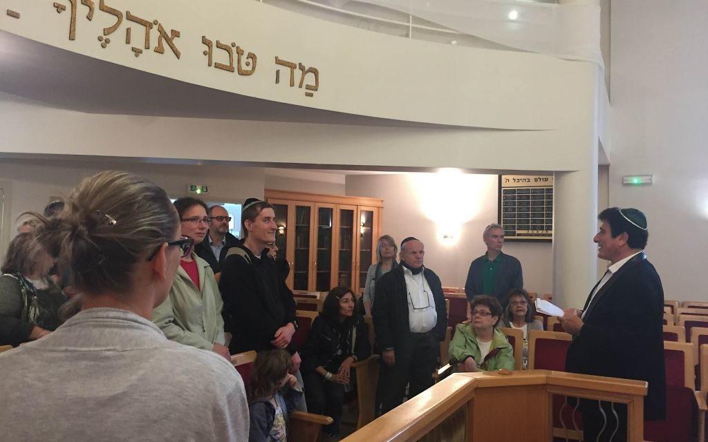 Visite guidée de la synagogue d'Issy-les-Moulineaux (France) lors des Journées européennes du patrimoine, le 18 septembre 2016. (Crédits : Héloïse Fayet / Times of Israel)