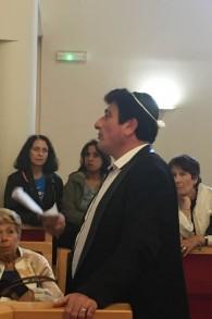 Alain Lévy, maire-adjoint et guide improvisé à la synagogue des Portes de la Paix à Issy-les-Moulineaux, lors des Journées du patrimoine, le 18 septembre 2016. (Crédits : Héloïse Fayet / Times of Israel)