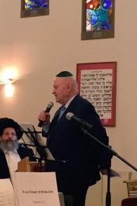 André Santini, sénateur-maire d'Issy-les-Moulineaux, prononce un discours à la synagogue de sa ville, lors des Journées du patrimoine, le 18 septembre 2016. (Crédits : Héloïse Fayet / Times of Israel)
