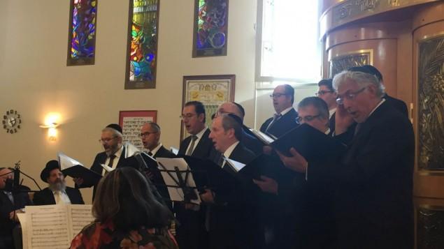 """Le chœur """"Judaïc Voices"""" donnant un concert de musique juive à la synagogue d'Issy-les-Moulineaux, le 17 septembre 2016. (Crédits : Héloïse Fayet / Times of Israel)"""