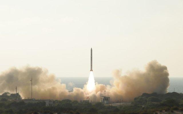 Le satellite espion Ofek-11 d'Israël décolle de la base aérienne Palmachim dans le centre d'Israël le 13 septembre 2016. (Crédit : Ministère de la Défense)