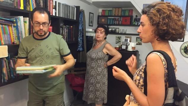 Le propriétaire de la libraire Babel Evgeny Kogan (à gaiche), avec une cliente. (Crédit : Anna Rudnitsky/Times of Israel)