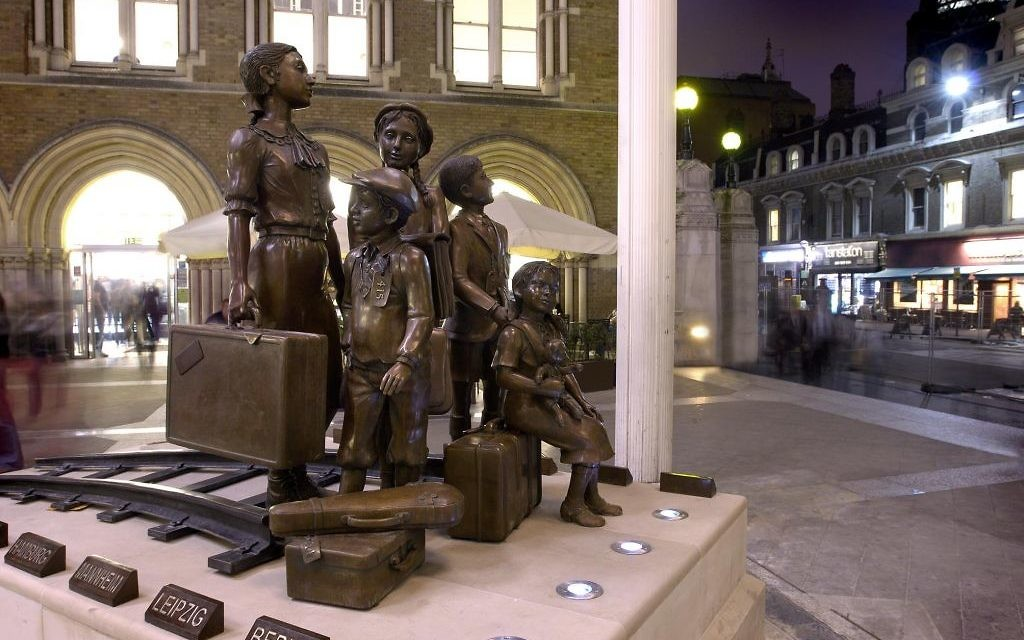 Les Enfants du Kindertransport, sculpture devant Liverpool Street Station à Londres (Crédit: John Chase, 2006)