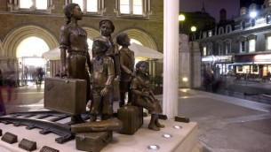 Les Enfants du Kindertransporte, sculpture devant Liverpool Street Station à Londres (Crédit : John Chase, 2006)