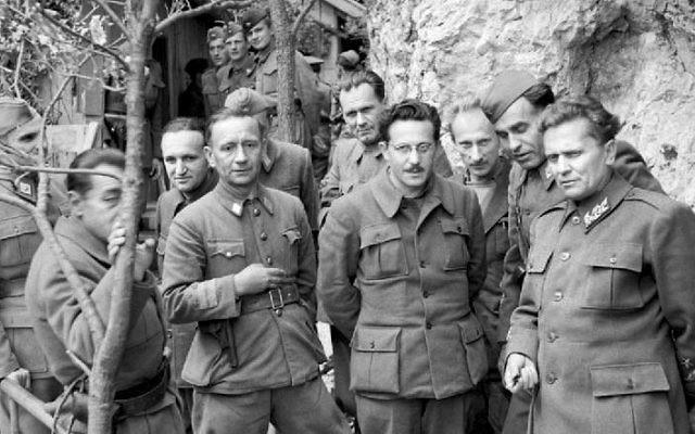 Josip Broz Tito de Yougoslavie (à droite) et le Commandement suprême des Partisans, en mai 1944 (Crédit : Domaine public / Wikipedia)
