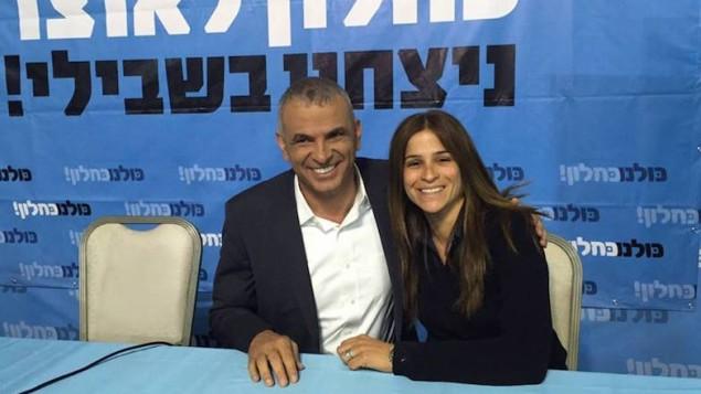 Le ministre des Finances, Moshe Kahlon, pose avec Meirav Ben-Ari, de son parti Koulanou (Crédit : Facebook)