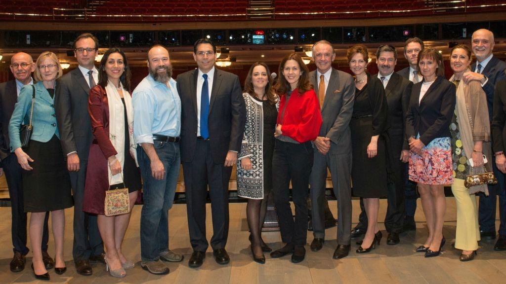 Ambassadeur Danny Danon avec Danny Burstein (Tevye), Jessica Hecht (Gold), et les ambassadeurs du monde entier Crédit : (Nir Arieli / Mission permanente d'Israël auprès de l'ONU)