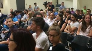 Des Israéliens candidats au déménagement lors d'un rassemblement à Herzliya, organisé par Ogen (Crédit : Shoshanna Solomon)