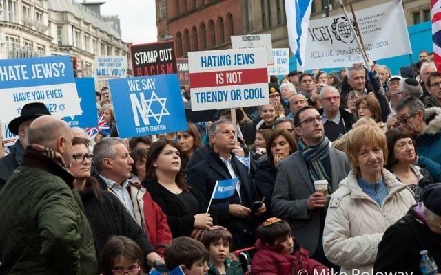 Un rassemblement contre l'antisémitisme à Manchester, au Royaume-Uni, le 19 octobre 2014. (Crédit : Mike Poloway)