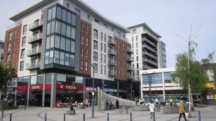 Une zone commerciale de Prestwich, à Manchester, au Royaume-Uni. Illustration. (Crédit : Wikimedia Commons/CC BY-SA 2.0)