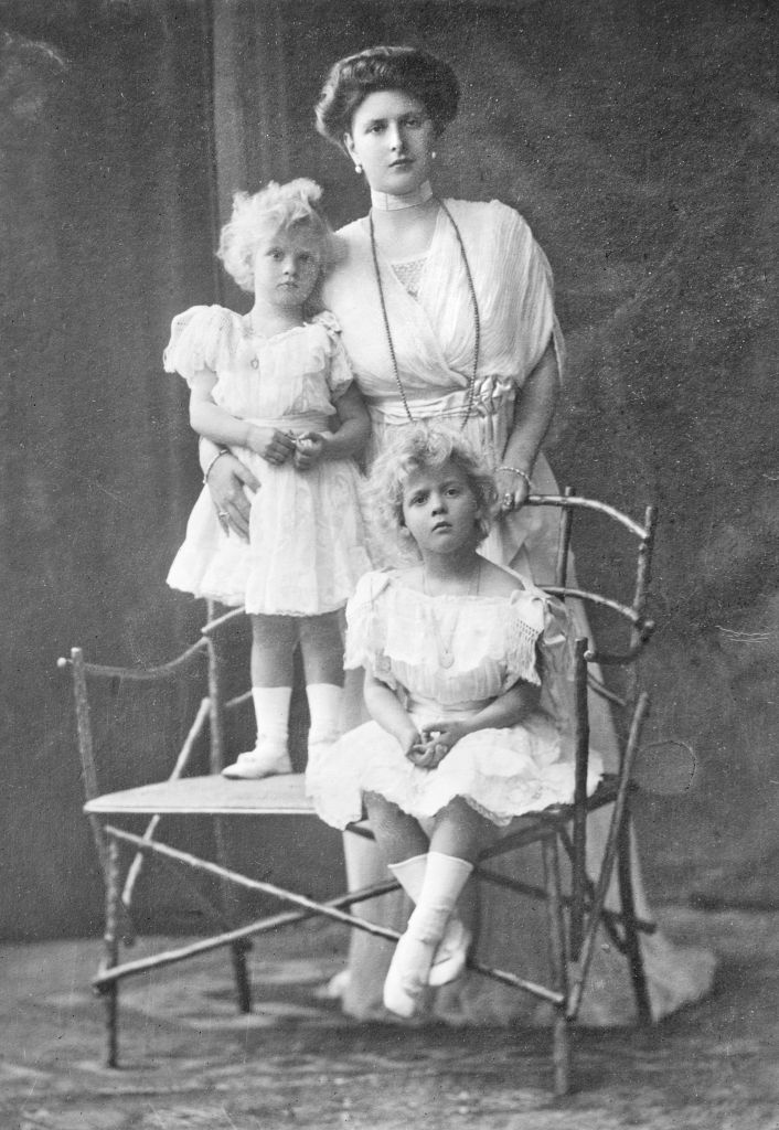 La belle-mère de la reine Elizabeth II, la princesse Alice de Battenberg, avec l'une de ses filles vers 1910 (Crédit : Wikimedia Commons / JTA)