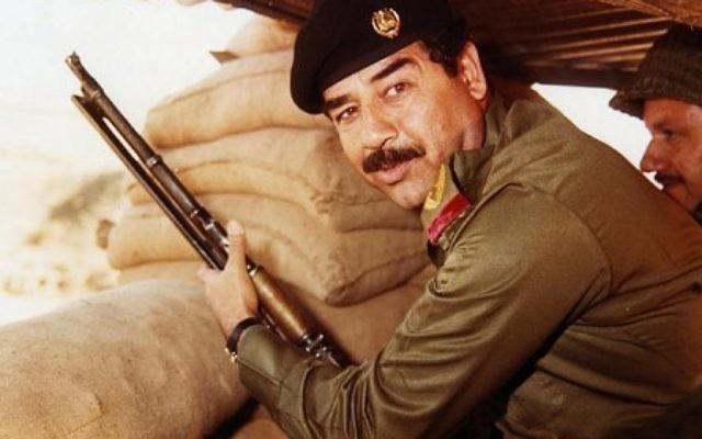 Saddam Hussein pendant la guerre Iran-Irak, dans les années 1980. (Crédit : Domaine public/Wikimedia Commons)