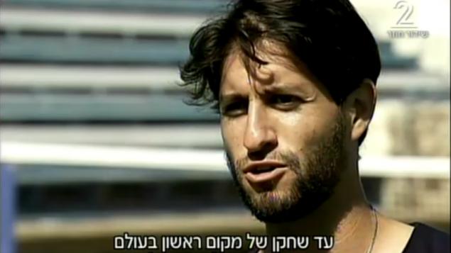 Amir Weintraub, joueur de tennis israélien, interrogé sur la Deuxième chaîne le 26 octobre 2016. (Crédit : capture d'écran Deuxième chaîne)