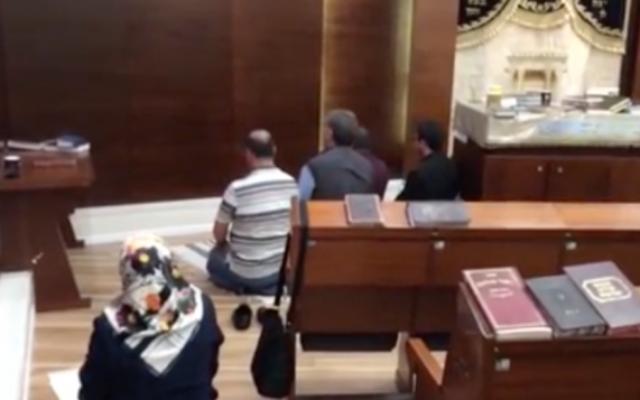 Les fidèles turcs dans la synagogue de l'aéroport Ben Gurion (Crédit : capture d'écran NRG)