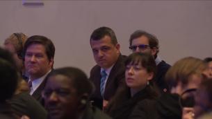 l'ambassadeur d'Israël auprès de l'UNESCO, Carmel Shama-Hacohen, pendant le vote par le Comité du patrimoine mondial de l'UNESCO d'une résolution qui ignore les relations des juifs et des chrétiens à la Vieille Ville de Jérusalem et à ses lieux saints, à Paris, le 26 octobre 2016. (Crédit : capture d'écran du site internet de l'UNESCO)