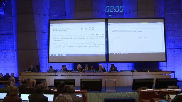 Le Comité du patrimoine mondial de l'UNESCO vote une résolution qui ignore les relations des juifs et des chrétiens à la Vieille Ville de Jérusalem et à ses lieux saints, à Paris, le 26 octobre 2016. (Crédit : capture d'écran du site internet de l'UNESCO)