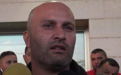 Bassem Abu Amar, le père de Nimer Abu Amar, bédouin israélien de 15 ans qui a été tué à la frontière égyptienne alors qu'il travaillait comme sous-traitant pour le ministère de la Défense le 25 octobre 2016. (Crédit : capture d'écran Ynet)