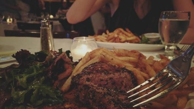 Un steak au poivre du restaurant de viande new-yorkais casher Le Marais. (Crédit : Facebook)