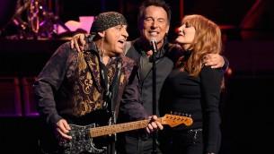 De gauche à droite : Stevie Van Zandt, Bruce Springsteen et Patti Scialfa ds E Street Band en représentation au Los Angeles Sports Arena le 15 mars 2016, en Californie (Crédit : Kevin Winter/Getty Images))