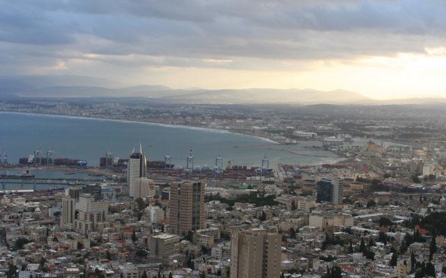 Vue sur la baie de Haïfa. (Crédit : Beivushtang/CC BY-SA 3.0/WikiCommons)