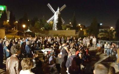 Des centaines d'Israéliens rassemblés à travers Israël pour prier pour les victimes de la guerre civile syrienne, à la veille de Yom Kippour, le 10 octobre 2016. (Crédit : autorisation)
