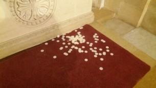 Du pain destiné à la communion jeté dans l'église du mont Tabor après un acte de vandalisme, le 25 octobre 2016 (Crédit : autorisation)