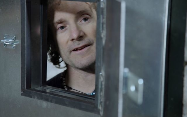 Theo Padnos rejoue son emprisonnement par al-Qaïda en Syrie (Front al-Nosra) dans 'Theo Who Lived.' (Crédit : Zeitgeist Films)